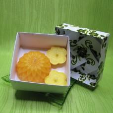 Dárková krabička - svíčky jiřina a kytičky žluté