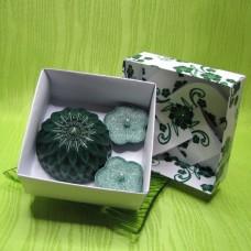 Dárková krabička - svíčky jiřina a kytičky zelené
