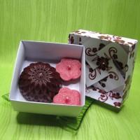 Dárková krabička - svíčky jiřina a kytičky červené