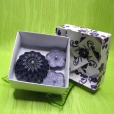 Dárková krabička - svíčky jiřina a kytičky fialové