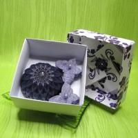 Dárková krabička - svíčky jiřina a motýlci fialoví